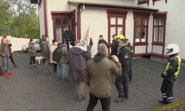 Fáir sýna mótmælum ofbeldis- og öfgasamtaka við ráðherrabústaðinn áhuga