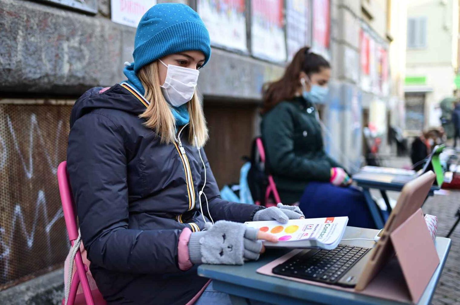 Ítalía: Mótmæla lokun skóla með því að læra á skólalóðinni
