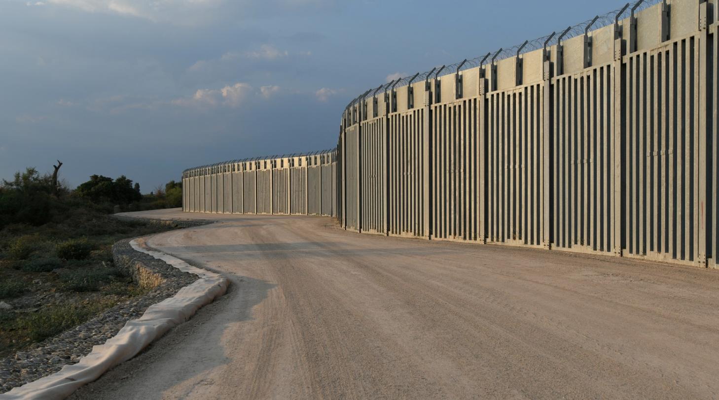 """Grikkir byggja """"Trump"""" múr"""